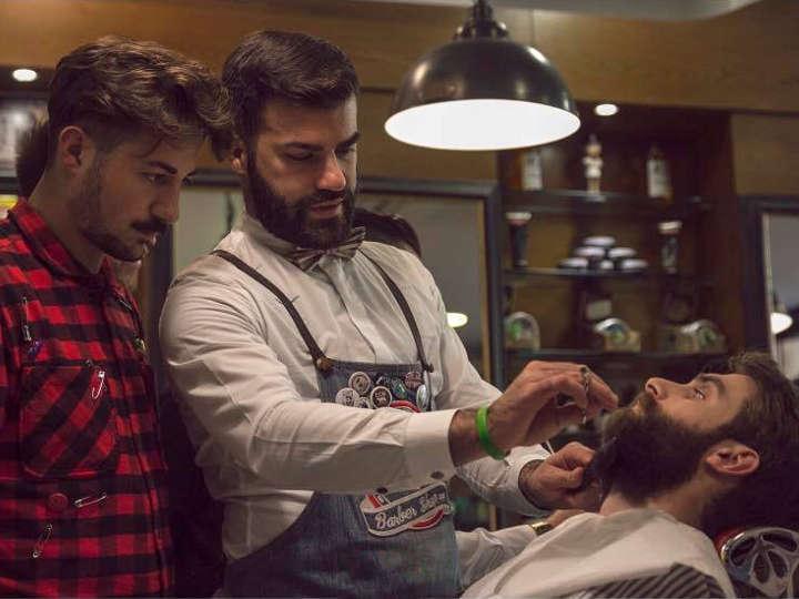 Un allievo osserva il docente sulla regolazione di una barba