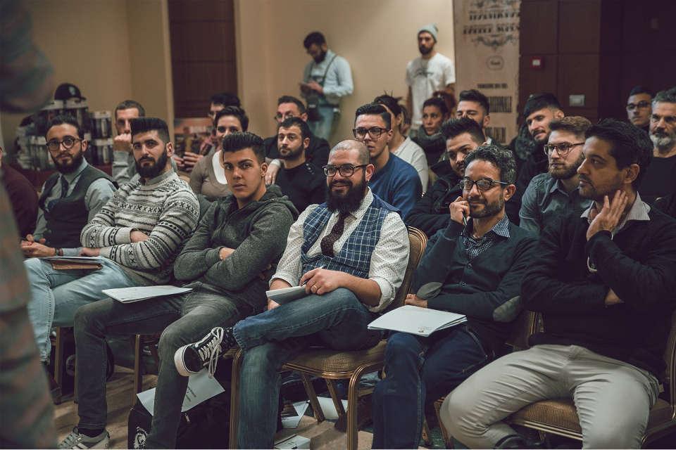 Gruppo di persone durante un workshop della Traditional Barber School
