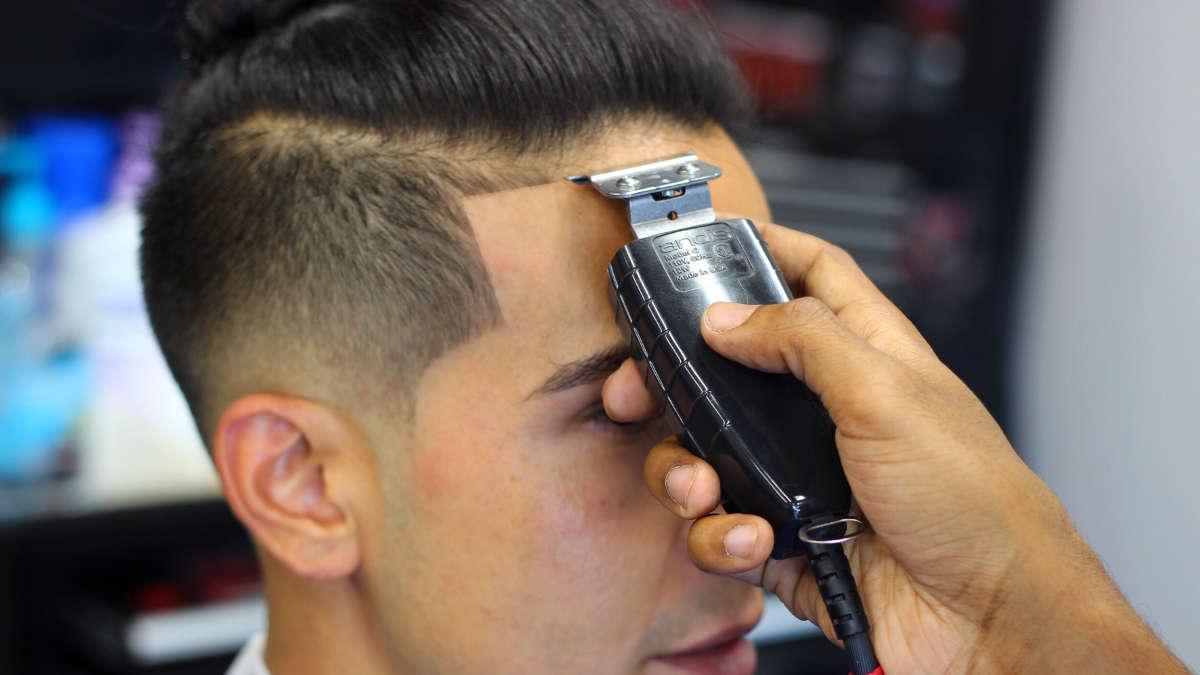 Dettaglio su fronte di rasatura con clipper