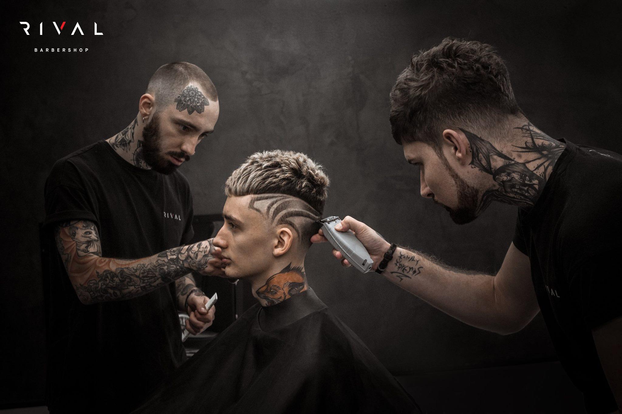 Due dei Rival Barbershop all'opera nell'interpretazione di un taglio moderno