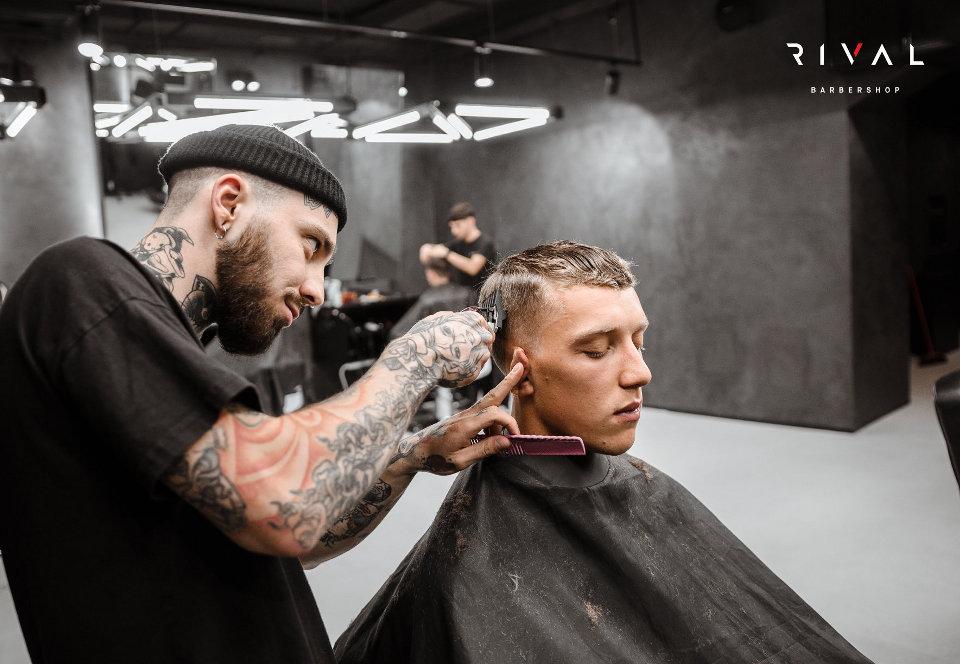 Dettagli di un taglio moderno dei Rival Barbershop